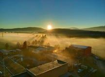 Όμορφη ανατολή πέρα από τα ομιχλώδη πεδινά Στοκ Φωτογραφία