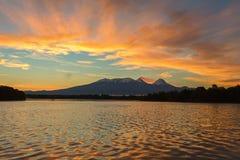 Όμορφη ανατολή πέρα από την ομάδα Kluchevskaya ηφαιστείων με την αντανάκλαση στον ποταμό Kamchatka Στοκ Εικόνα
