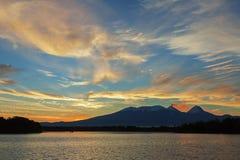 Όμορφη ανατολή πέρα από την ομάδα Kluchevskaya ηφαιστείων με την αντανάκλαση στον ποταμό Kamchatka Στοκ Εικόνες