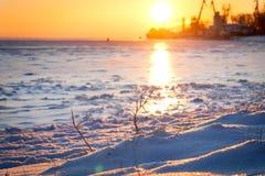 Όμορφη ανατολή πέρα από τη θάλασσα το χειμώνα Στοκ Εικόνα