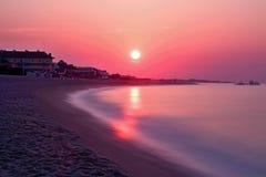 Όμορφη ανατολή πέρα από τη Μεσόγειο Malgrat de Mar, Ισπανία Στοκ Φωτογραφίες