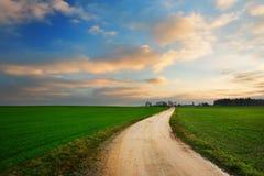 Όμορφη ανατολή πέρα από τον πράσινο τομέα Στοκ φωτογραφία με δικαίωμα ελεύθερης χρήσης
