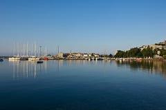Όμορφη ανατολή σε Budva, Μαυροβούνιο αδριατική θάλασσα χρυσό ύδωρ επιφάνειας κυματώσεων Στοκ εικόνα με δικαίωμα ελεύθερης χρήσης