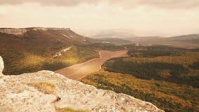 Όμορφη ανατολή στα βουνά φθινοπώρου της Κριμαίας φιλμ μικρού μήκους