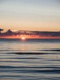 Όμορφη ανατολή στη θάλασσα στην άγρια παραλία Στοκ Φωτογραφία