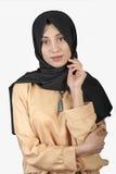Όμορφη ανατολική εμφάνιση γυναικών στο μουσουλμανικό φόρεμα σε ένα απομονωμένο άσπρο υπόβαθρο Στοκ Εικόνα