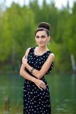 Όμορφη αναδρομική γυναίκα στα εκλεκτής ποιότητας ενδύματα στη λίμνη στοκ εικόνα με δικαίωμα ελεύθερης χρήσης