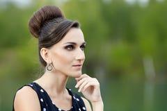 Όμορφη αναδρομική γυναίκα στα εκλεκτής ποιότητας ενδύματα στη λίμνη Στοκ Φωτογραφίες