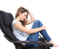 Όμορφη ανησυχημένη έφηβος συνεδρίαση σε μια πολυθρόνα στοκ φωτογραφία με δικαίωμα ελεύθερης χρήσης