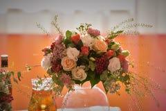 Όμορφη ανθοδέσμη στο βάζο στο γαμήλιο πίνακα στοκ εικόνα