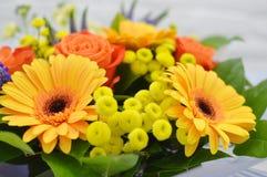Όμορφη ανθοδέσμη των ζωηρόχρωμων λουλουδιών στοκ εικόνα