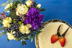 Όμορφη ανθοδέσμη των λουλουδιών σε ένα μπλε υπόβαθρο Στοκ φωτογραφία με δικαίωμα ελεύθερης χρήσης
