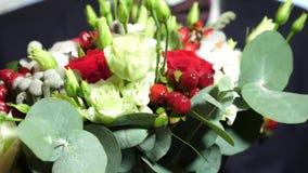 Όμορφη ανθοδέσμη των λουλουδιών στα χέρια ενός μοντέρνου άνδρα για τη γυναίκα αγαπά Κινηματογράφηση σε πρώτο πλάνο όμορφη ανθοδέσ απόθεμα βίντεο