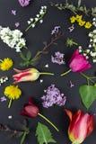 Όμορφη ανθοδέσμη των λουλουδιών στο βάζο που απομονώνεται στοκ εικόνα