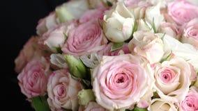 Όμορφη ανθοδέσμη των πολύχρωμων τριαντάφυλλων στα χέρια ενός ατόμου σε ένα κοστούμι Κινηματογράφηση σε πρώτο πλάνο Όμορφο δώρο λο απόθεμα βίντεο