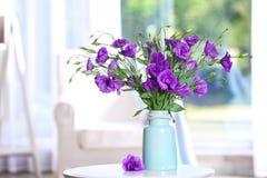 Όμορφη ανθοδέσμη των πορφυρών λουλουδιών eustoma στοκ φωτογραφία