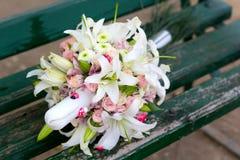 Όμορφη ανθοδέσμη των ρόδινων τριαντάφυλλων, των κρίνων και των χρυσάνθεμων Στοκ εικόνα με δικαίωμα ελεύθερης χρήσης