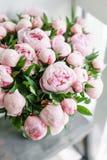 Όμορφη ανθοδέσμη των ρόδινων peonies Floral σύνθεση, σκηνή, φως της ημέρας ταπετσαρία Κάθετη φωτογραφία Στοκ εικόνα με δικαίωμα ελεύθερης χρήσης