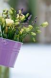 Όμορφη ανθοδέσμη των τριαντάφυλλων και lavender στο bucke Στοκ Εικόνα