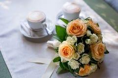 Όμορφη ανθοδέσμη γαμήλιων λουλουδιών στον πίνακα Στοκ Εικόνες