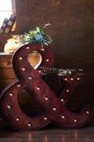 Όμορφη ανθοδέσμη θερινού γάμου Λεπτά φωτεινά λουλούδια για τη νύφη Προετοιμασίες για τη γαμήλια τελετή νυφικός γάμος ανθοδεσμών Στοκ Εικόνα