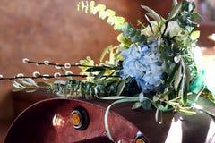 Όμορφη ανθοδέσμη θερινού γάμου Λεπτά φωτεινά λουλούδια για τη νύφη Προετοιμασίες για τη γαμήλια τελετή νυφικός γάμος ανθοδεσμών Στοκ φωτογραφίες με δικαίωμα ελεύθερης χρήσης