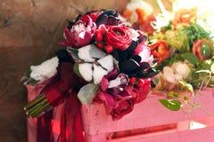 Όμορφη ανθοδέσμη θερινού γάμου Λεπτά φωτεινά λουλούδια για τη νύφη Προετοιμασίες για τη γαμήλια τελετή νυφικός γάμος ανθοδεσμών Στοκ φωτογραφία με δικαίωμα ελεύθερης χρήσης