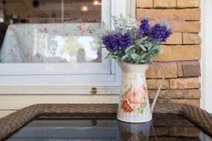 Όμορφη ανθοδέσμη λουλουδιών στον ξύλινο πίνακα Στοκ εικόνα με δικαίωμα ελεύθερης χρήσης