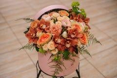 Όμορφη ανθοδέσμη λουλουδιών στο στρογγυλό κιβώτιο με το καπάκι Στοκ Φωτογραφίες