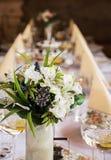 Όμορφη ανθοδέσμη, ποτήρια του βερμούτ με το λεμόνι και διακοσμητικός Στοκ Φωτογραφίες
