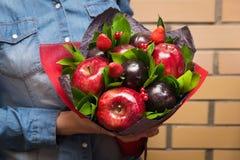 Όμορφη ανθοδέσμη του δαμάσκηνου μούρων και φρούτων, μήλο, φράουλα Στοκ Εικόνα