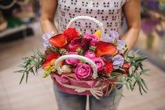 Όμορφη ανθοδέσμη του φωτεινού καλαθιού λουλουδιών στα χέρια Στοκ εικόνες με δικαίωμα ελεύθερης χρήσης