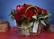 Όμορφη ανθοδέσμη των κόκκινων τριαντάφυλλων σε ένα κιβώτιο του φλοιού σημύδων Στοκ Εικόνα