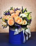 Όμορφη ανθοδέσμη των μπεζ τριαντάφυλλων σε ένα μπλε κιβώτιο Στοκ φωτογραφία με δικαίωμα ελεύθερης χρήσης