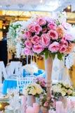 Όμορφη ανθοδέσμη των λουλουδιών στο γαμήλιο πίνακα σε ένα ντεκόρ εστιατορίων στοκ εικόνα