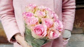 Όμορφη ανθοδέσμη των ρόδινων τριαντάφυλλων στα χέρια γυναικών ` s Στοκ Φωτογραφίες