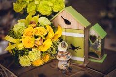 Όμορφη ανθοδέσμη των φωτεινών κίτρινων λουλουδιών, στον πίνακα με το πράσινο και κίτρινο ντεκόρ Στοκ Εικόνες
