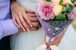 Όμορφη ανθοδέσμη wedd στα χέρια νυφών ` s 1 γάμος νυφών ανθοδεσμών Στοκ Φωτογραφία