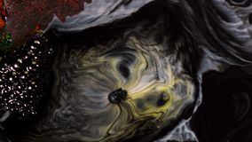 Όμορφη αντίδραση της πτώσης σαπουνιών στα ζωηρόχρωμα μελάνια, έννοια σύγχρονης τέχνης μέσα Μελάνια που αναμιγνύονται με την υγρή  στοκ εικόνες