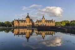 Όμορφη αντανάκλαση του κάστρου Anholt σε Isselburg, Γερμανία Στοκ Εικόνες