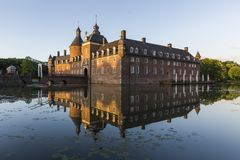 Όμορφη αντανάκλαση του κάστρου Anholt σε Isselburg, Γερμανία Στοκ εικόνες με δικαίωμα ελεύθερης χρήσης