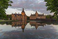 Όμορφη αντανάκλαση του κάστρου Anholt σε Isselburg, Γερμανία Στοκ φωτογραφία με δικαίωμα ελεύθερης χρήσης