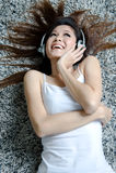 όμορφη απολαμβάνοντας γυναίκα μουσικής Στοκ φωτογραφία με δικαίωμα ελεύθερης χρήσης