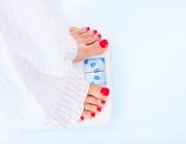 όμορφη απώλεια έννοιας κοιλιών πέρα από τη λευκή γυναίκα βάρους Στοκ εικόνα με δικαίωμα ελεύθερης χρήσης