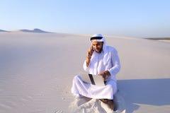 Όμορφη αραβική επιχειρηματίας τύπων που καλεί το συνέταιρο sitt Στοκ Εικόνες