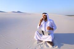 Όμορφη αραβική επιχειρηματίας τύπων που καλεί το συνέταιρο sitt Στοκ φωτογραφία με δικαίωμα ελεύθερης χρήσης