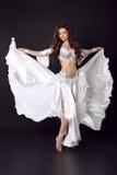Όμορφη αραβική προκλητική γυναίκα bellydancer στο bellydance ζωηρόχρωμο Στοκ Εικόνες