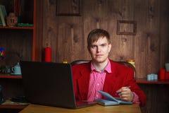 Όμορφη αρσενική εργασία επιχειρηματιών στην αρχή Στοκ Εικόνες