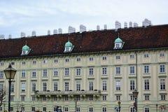 Όμορφη αρχιτεκτονική ενός σπιτιού με ένα μπαλκόνι δίπλα στους λαμπτήρες οδών στοκ εικόνα με δικαίωμα ελεύθερης χρήσης