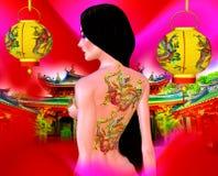 Όμορφη ασιατική γυναίκα, δερματοστιξία δράκων σε την πίσω, ζωηρόχρωμοι makeup και στηθόδεσμος Στοκ Εικόνες
